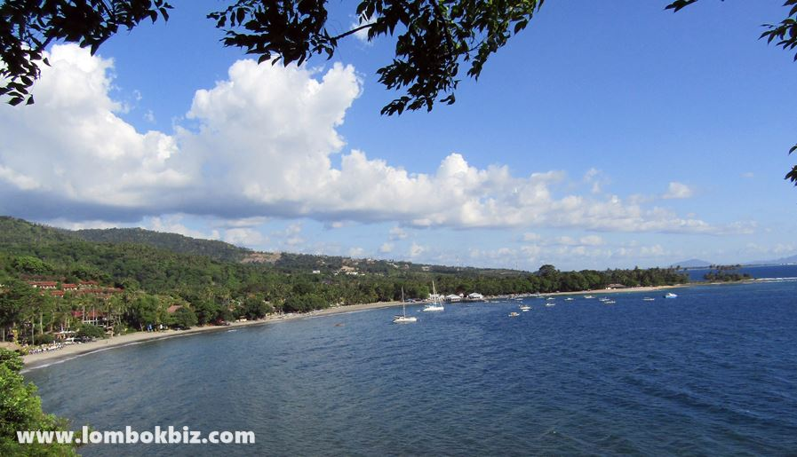 Gambar pemandangan pantai senggigi dibelakang hotel senggigi beach