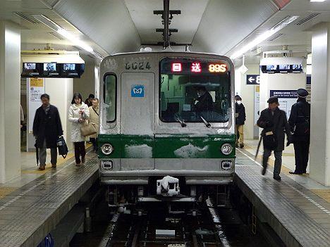 小田急線 東京メトロ千代田線直通 急行綾瀬行き6000系が大雪のため新宿駅に到着!