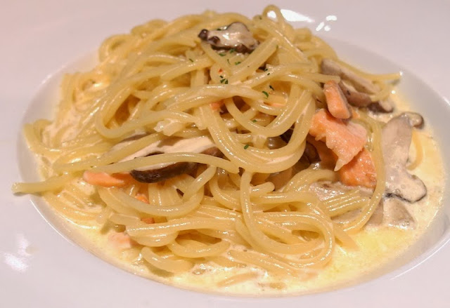 swensen's salmon and mushroom pasta singapore lunarrive food blog