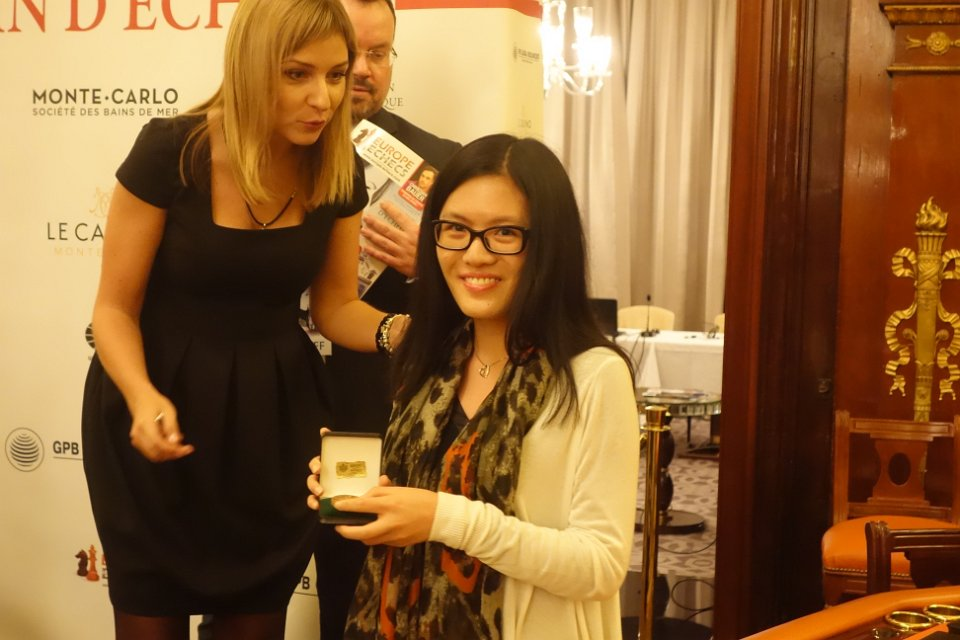 La grand-maître internationale d'échecs chinoise Hou Yifan tire son numéro d'appariement avec la chef arbitre Anastasia Sorokina - Photo © site officiel