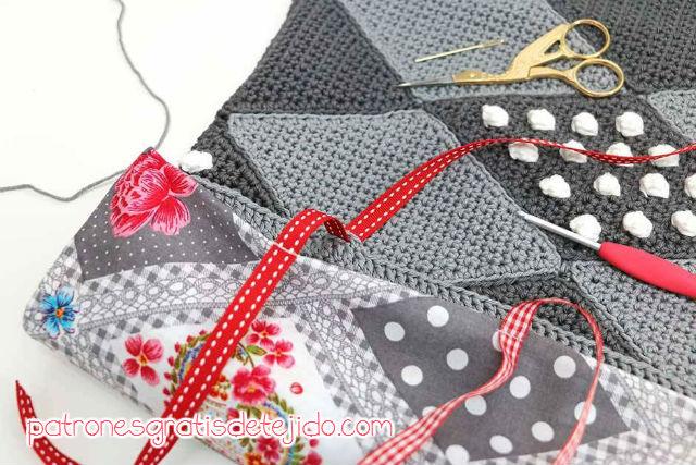 terminación de almohadón con base de tela y cintas con lazos para sujetar