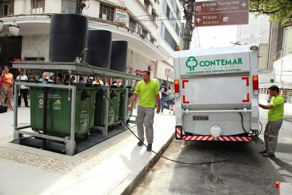 O caminhão de coleta armazena os resíduos e faz a lavagem dos contentores. Foto: Anderson Bianchi
