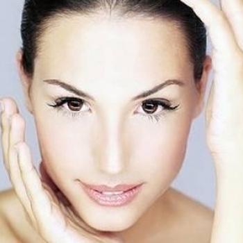 Adicione natas a uma máscara da pigmentação em uma cara