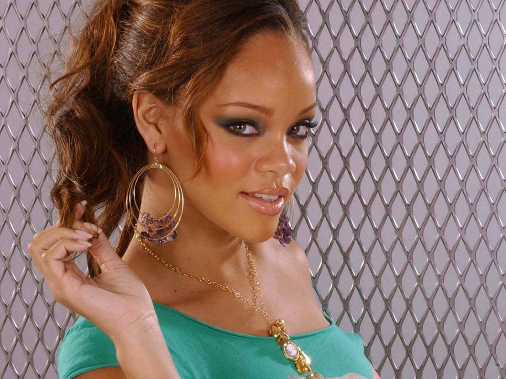 http://2.bp.blogspot.com/-7ODb2rQHPwk/UQd6l3W45gI/AAAAAAAAHr8/oSPOOYnmZ8w/s1600/Rihanna+2013+12.jpg