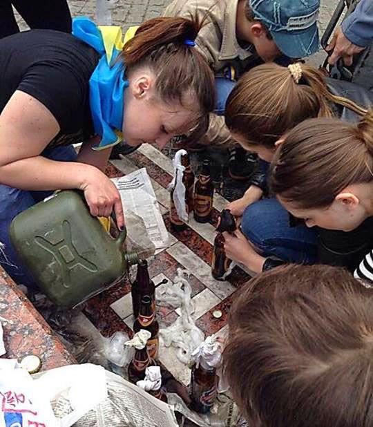 Девочки готовящие коктейль Молотова в Одессе
