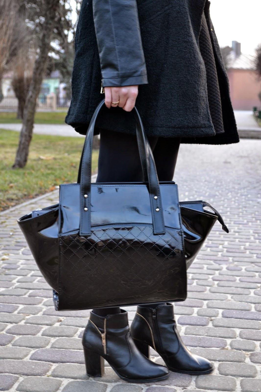 lakierowana torebka, czarny kuferek, botki z zamkiem, czarny zestaw