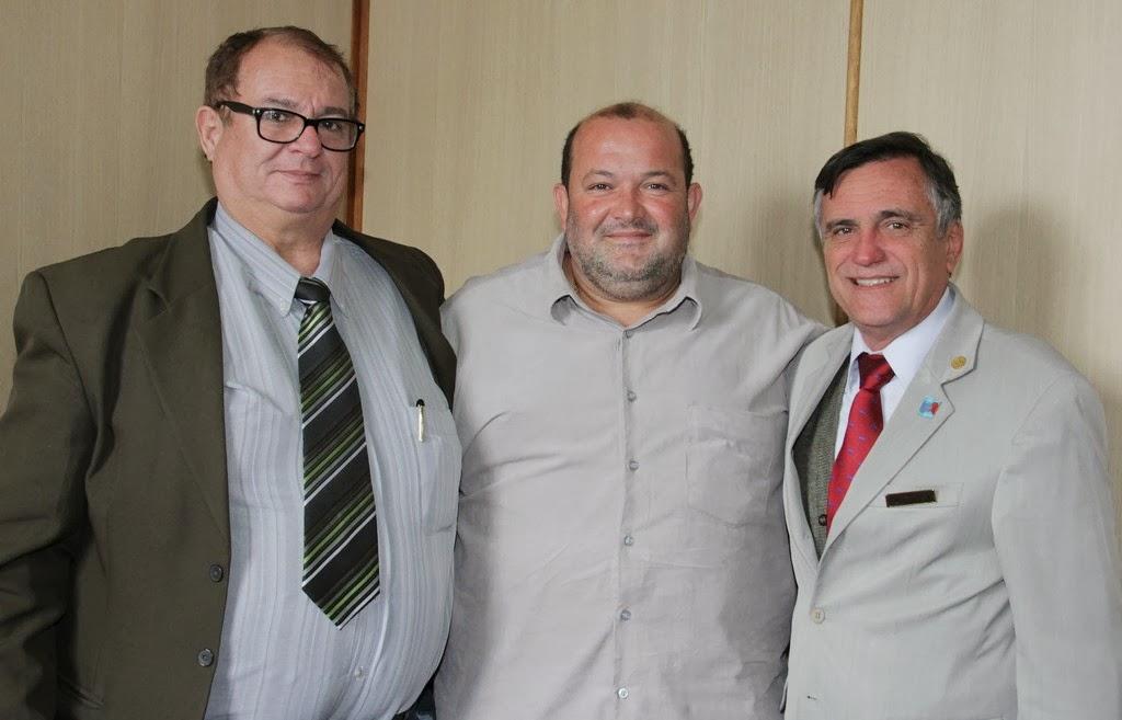 Vice-prefeito Márcio Catão entre Jarbas Carvalho e Luiz Oscar Spitz: parceria entre poder público e Rotary em benefício da população