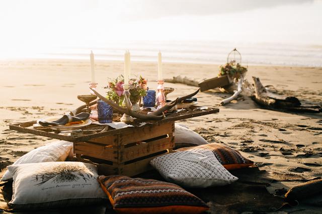 novia vestido yolancris bohemia playa plumas corona tiaria hippy