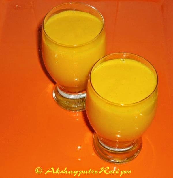 pour the banana mango milkshake in glasses