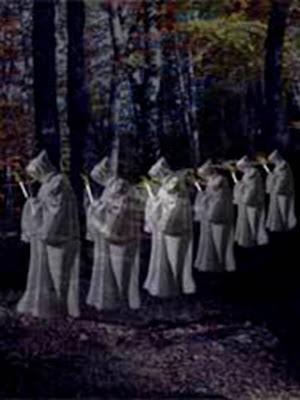 En la imagen ánimas benditas en procesión con una vela en la mano