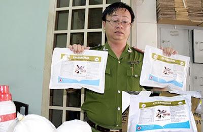 Cơ quan chức năng phát hiện chất tạo nạc tại một cơ sở chăn nuôi (Ảnh: Vietnamnet)
