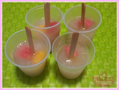 Picolé de água de coco com pedaçoes de frutas