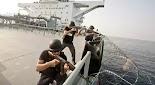 Την ανταλλαγή πυρών μεταξύ Σομαλών πειρατών και της ιδιωτικής ασφάλειας φορτηγού πλοίου καταγράφει βίντεο που κάνει το γύρο του Διαδικτύου....