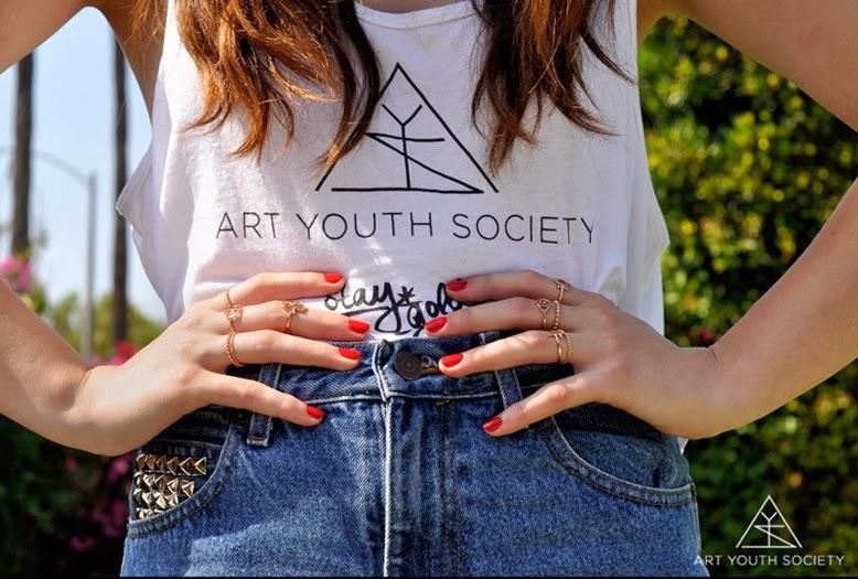Viele ringe tragen, wieviele ringe sollte man tragen, viele kleine ringe statt einzelne große ringe, viele kleine schlichte ringe tragen, ringparty, aktuelle Schmuckkollektion von Art Youth Society, Kampagnenfotos Art Youth Society, Art Youth Society, Art Youth Society tanktop
