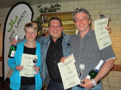 Erfolg im Juli: Jörg Lange-Chudziak landet auf dem 1. Platz. Danach  folgen Thomas Kunke und Elke Propan. Foto: Friesland Poker