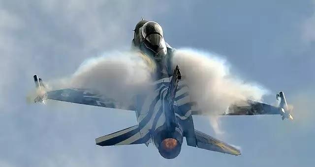 Φαντασμαγορικό σόου από την ομάδα αεροπορικών επιδείξεων στο Φλοίσβο