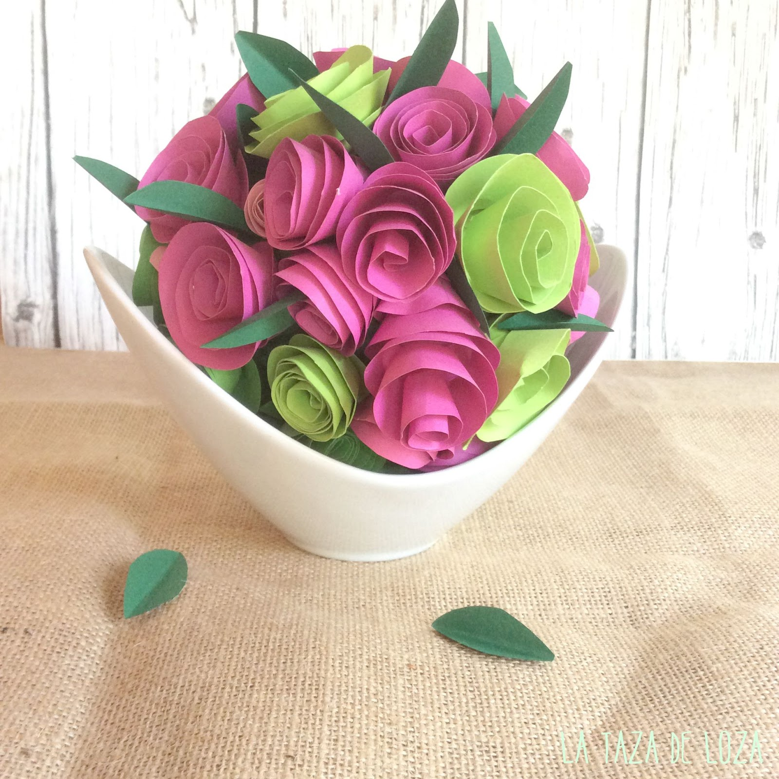 Centro de flores de papel la taza de loza for Rosas de papel