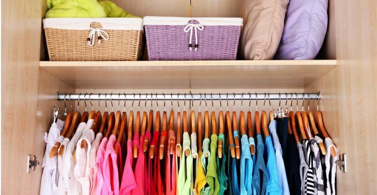 Dicas para manter o guarda-roupa organizado e limpo