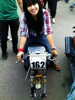 Foto Cantik Indri Barbie Bersama dengan Motor Drag Race nya