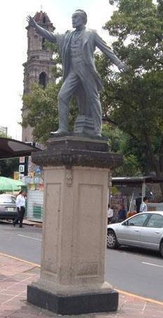 Monumento de Guillermo Prieto de lejos