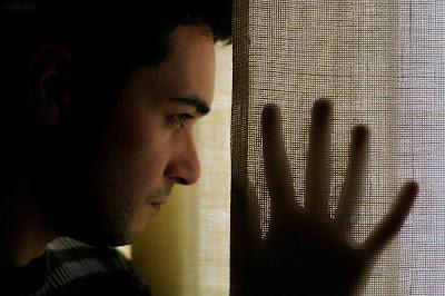 مخاوف لا يفصح عنها الرجل للمرأة - رجل مهموم حزين - sad depressed man