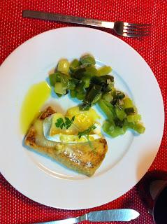 Salmão Gratinado com queijo Brie e salteado de alho-francês