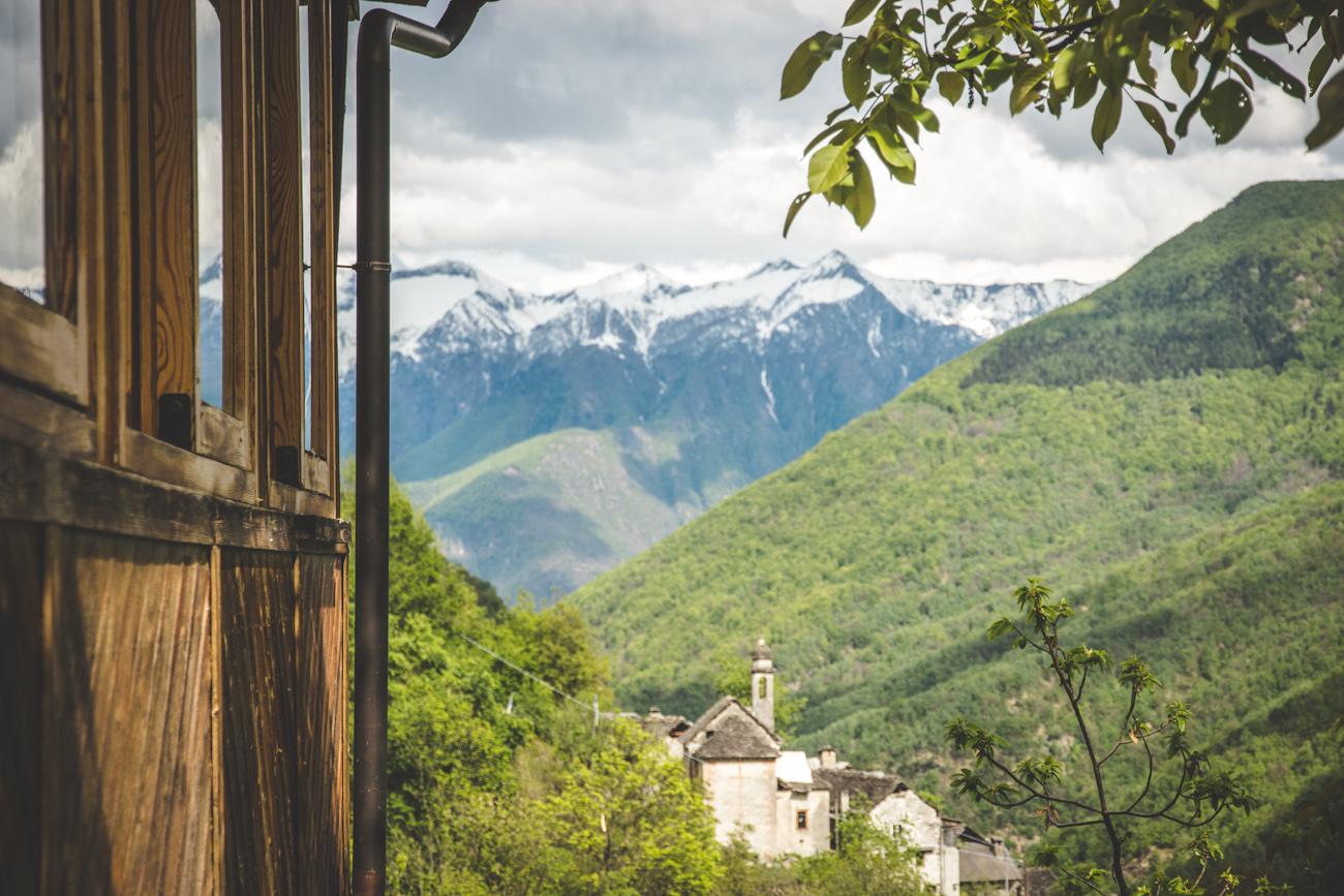 Berge und Täler mit Blick auf Kirche