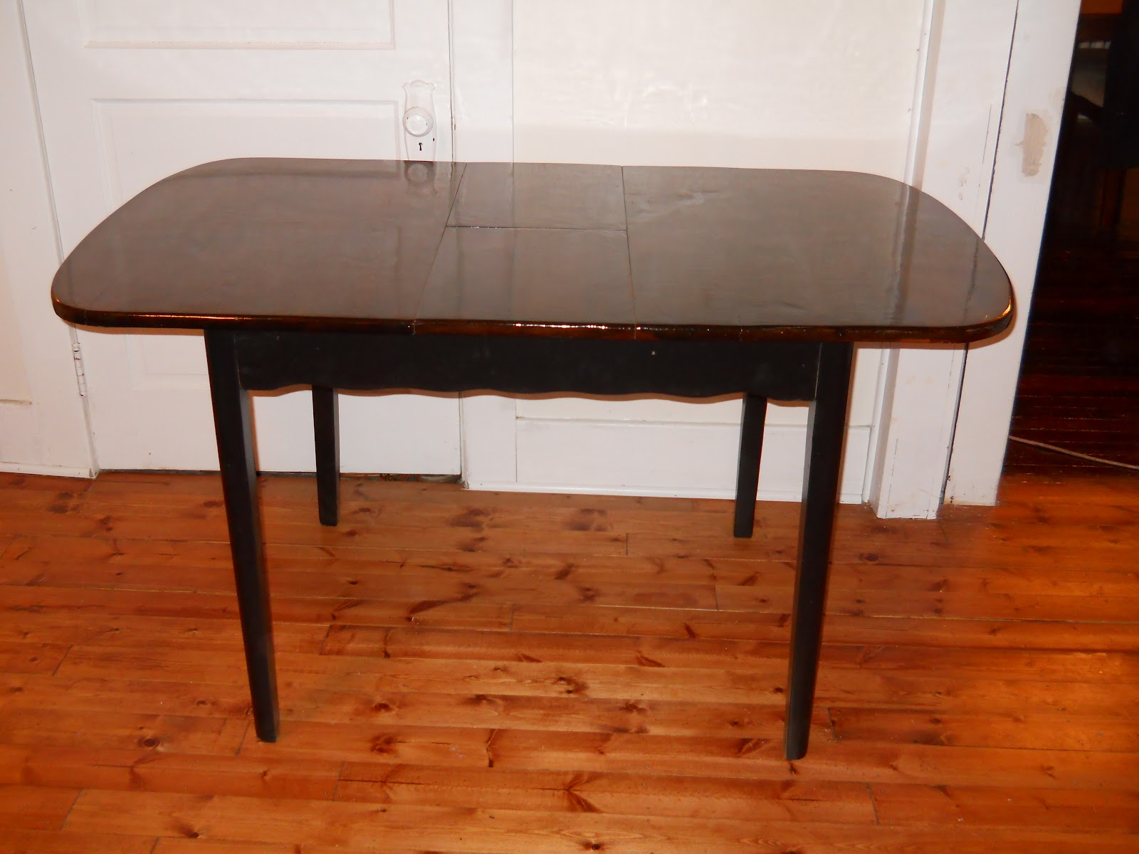 Heir and space a cute vintage dining table for Cute dining table