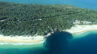 Unik dan Aneh, Sebuah Pulau Tiba-tiba Ambles dan Berlubang
