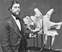 Edward Drinker Cope junto a uno de sus fósiles hallados