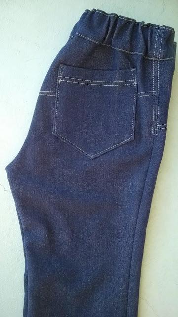 Tricot jeans babybroekje detail achterzak