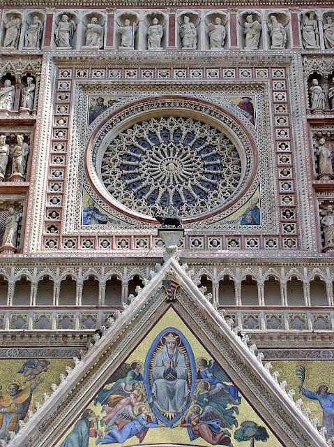 Orvieto: catedral gótica colorida com mosaicos e mármore, detalhe