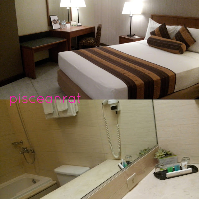 Bedroom and bathroom with bathtub in Hotel Kimberly.