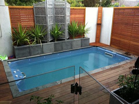 rumah minimalis dengan kolam renang kecil yang kompak