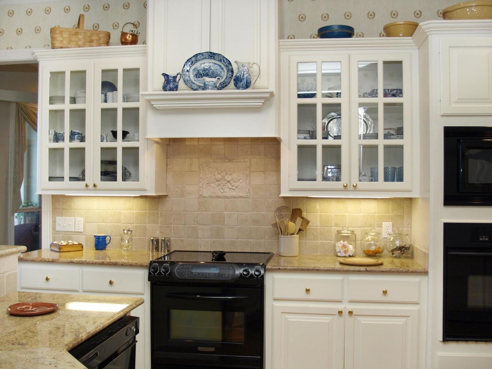 Kitchen shelves decoration dream house experience for Decorators white kitchen cabinets