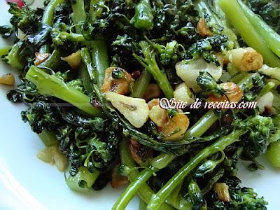 Brócolis saboroso ao alho e óleo