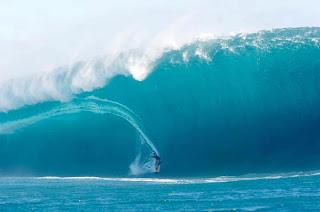 haciendo surf entre las olas