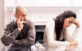 كيف تتعاملين مع عصبية وحساسية الزوج الزائدة - زوجان حبيبان متخاصمان - sad couple man and woman