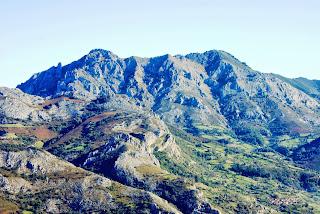 Aller, pico La Teyera, vista de Peña Mea desde Coto Bello