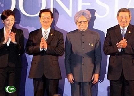 Ngày 19/11, tại Bali (Indonesia), Thủ tướng Nguyễn Tấn Dũng tham dự Hội nghị cấp cao ASEAN và các đối tác, như thường lệ bên cạnh với Nữ Thủ tướng xinh đẹp Thái Lan