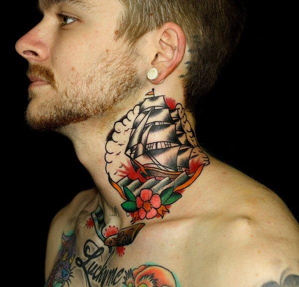 Tatuagem no pescoço barco colorido