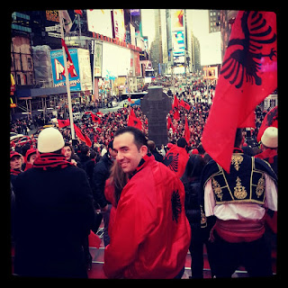 Gli albanesi festeggiano a Times Square NYC.