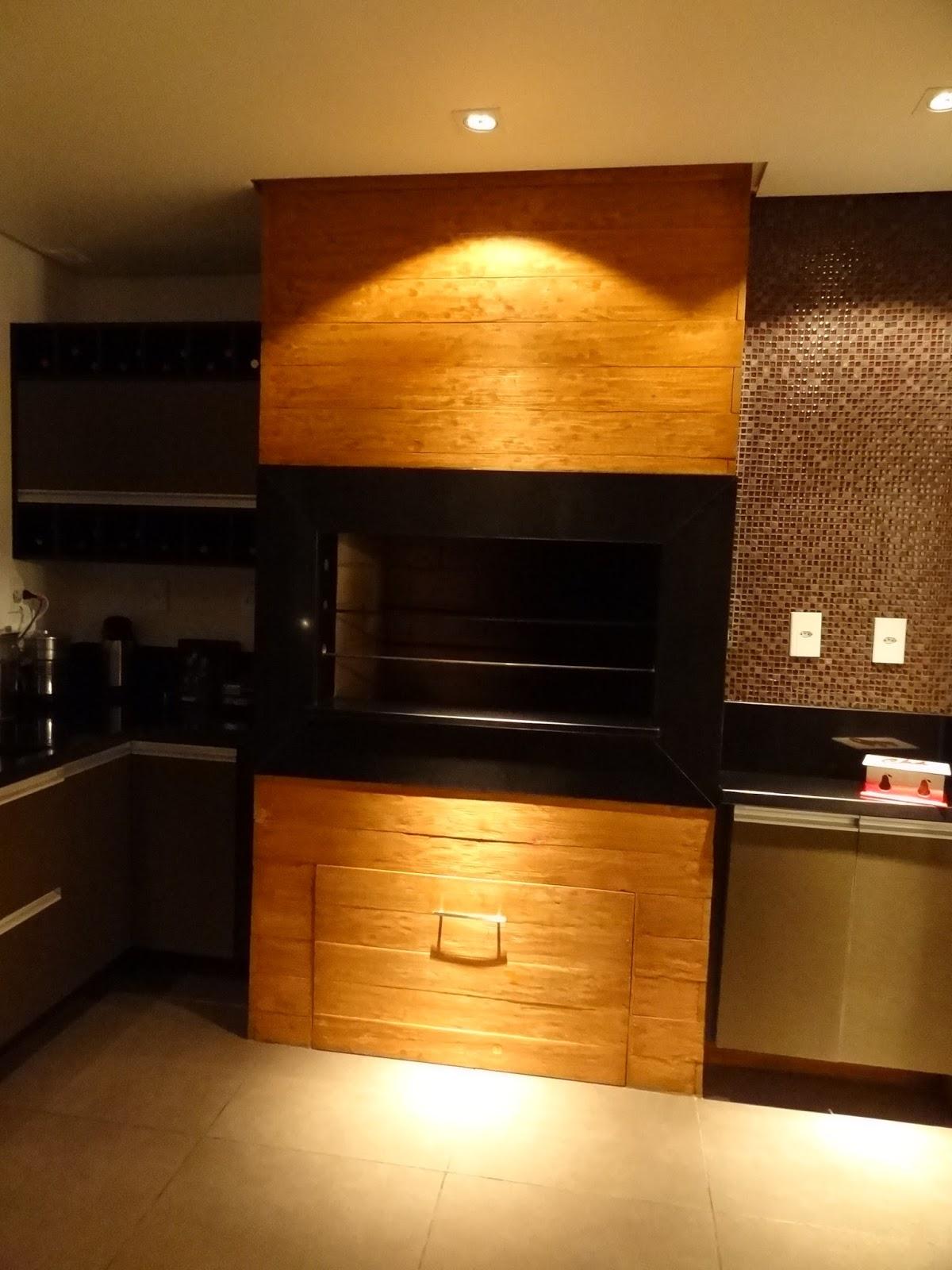 churrasqueira revestida em tábuas de madeira e granito preto #C77C04 1200 1600