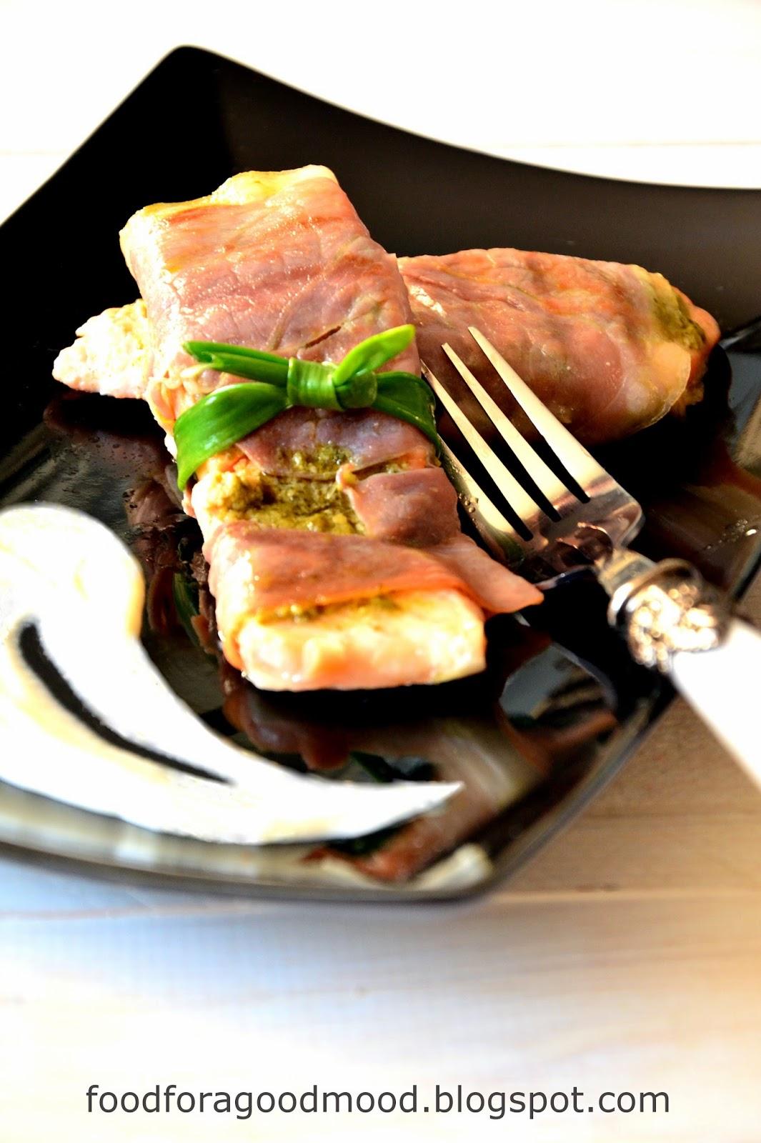 Sposób na ekstremalnie szybki a zarazem nieco wykwintny obiad. Grillowane filety z łososia, posmarowane aromatycznym zielonym pesto i zawinięte w plastry włoskiej szynki dojrzewającej. Do tego sos serowy z nutką gałki muszkatołowej.