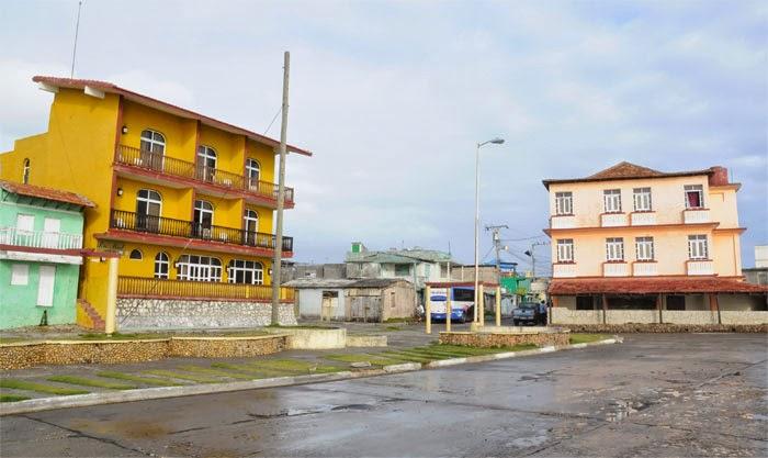 En Baracoa, Guantánamo... A la izquierda el Hostal Río Miel, instalación turística recién construida frente al Hotel La Rusa