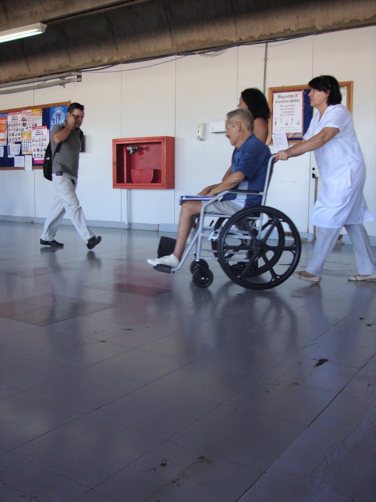 Saúde pública: No Hospital de Taguatinga macas no corredor fazem  #405D8B 1200 1600