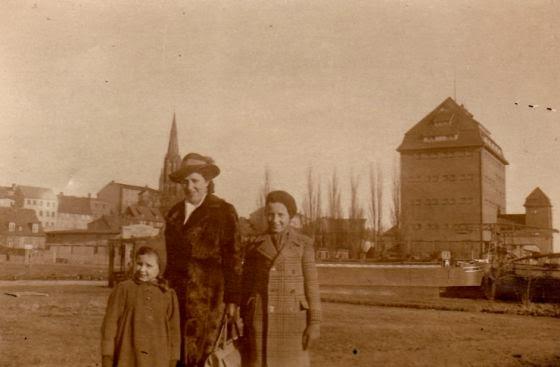 Bärbel Schereider com sua mãe e seu irmão em Demmin em 1944