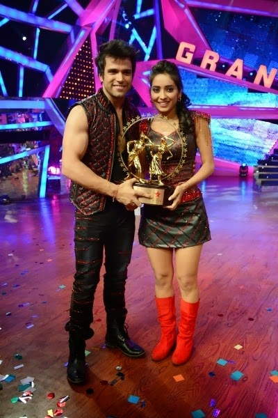 Rithvic and Asha holding the winning trophy of Nach Baliye 6