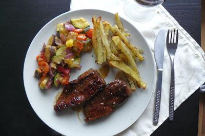 Steki balsamiczne z warzywnym ratatouille i frytkami pieprzowymi.