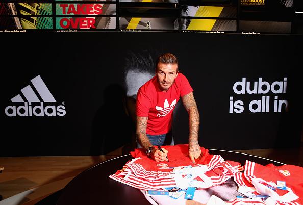 Beckham en un adidas de Dubai firma camisetas del Manchester United que no salieron al mercado